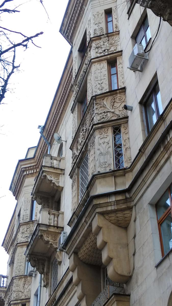 А это уже настоящее Советское качество. Жилой дом Первого главного управления при Совмине СССР. Построен в 1950 году и до сих пор радует своей монументальностью и качеством отделки.