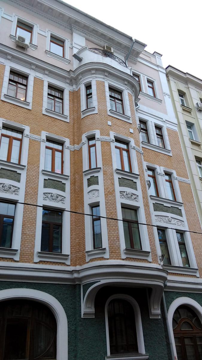 Кривоарбатский переулок 9. Доходный дом А. М. Желябужского. Построен в 1906 году. Архитектор Н. Г. Фалеев.