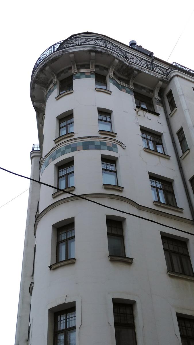 Напротив возвышается Доходный дом Е. Воробьёва. Построен в 1912—1913 годах. Архитектор А. А. Остроградский.