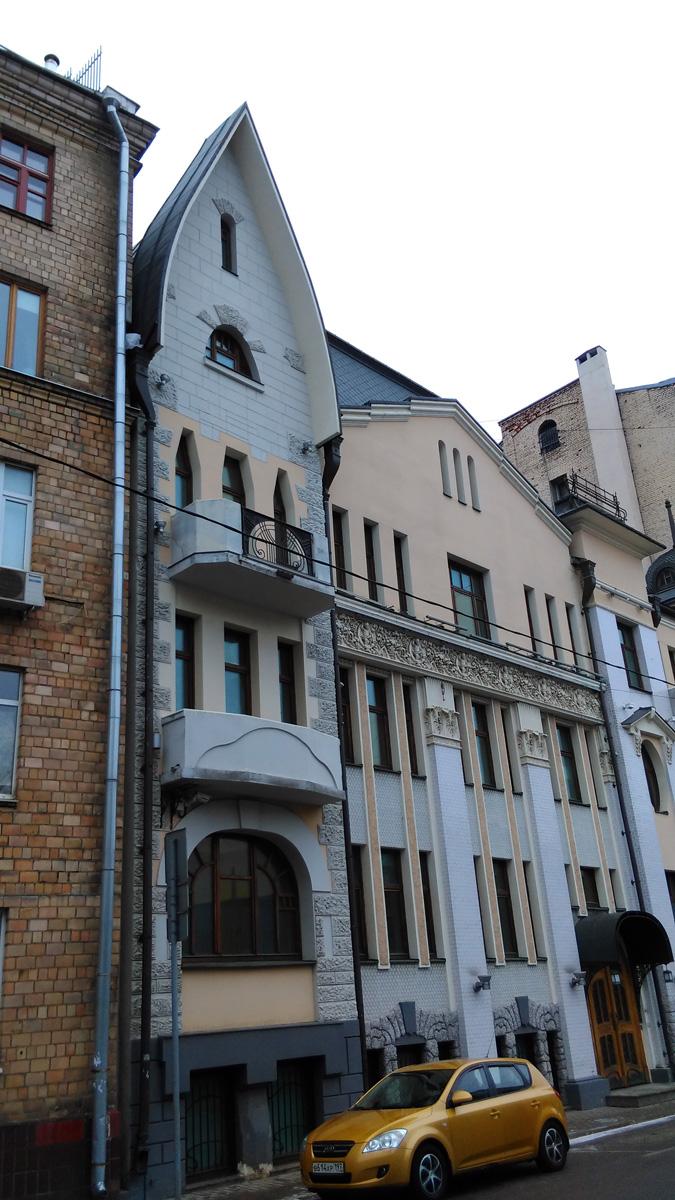 Чистый пер., 10. Доходный дом наследников Н. П. Циркунова. Построен в 1908 году. Архитектор В. С. Масленников и Н. И. Якунин.