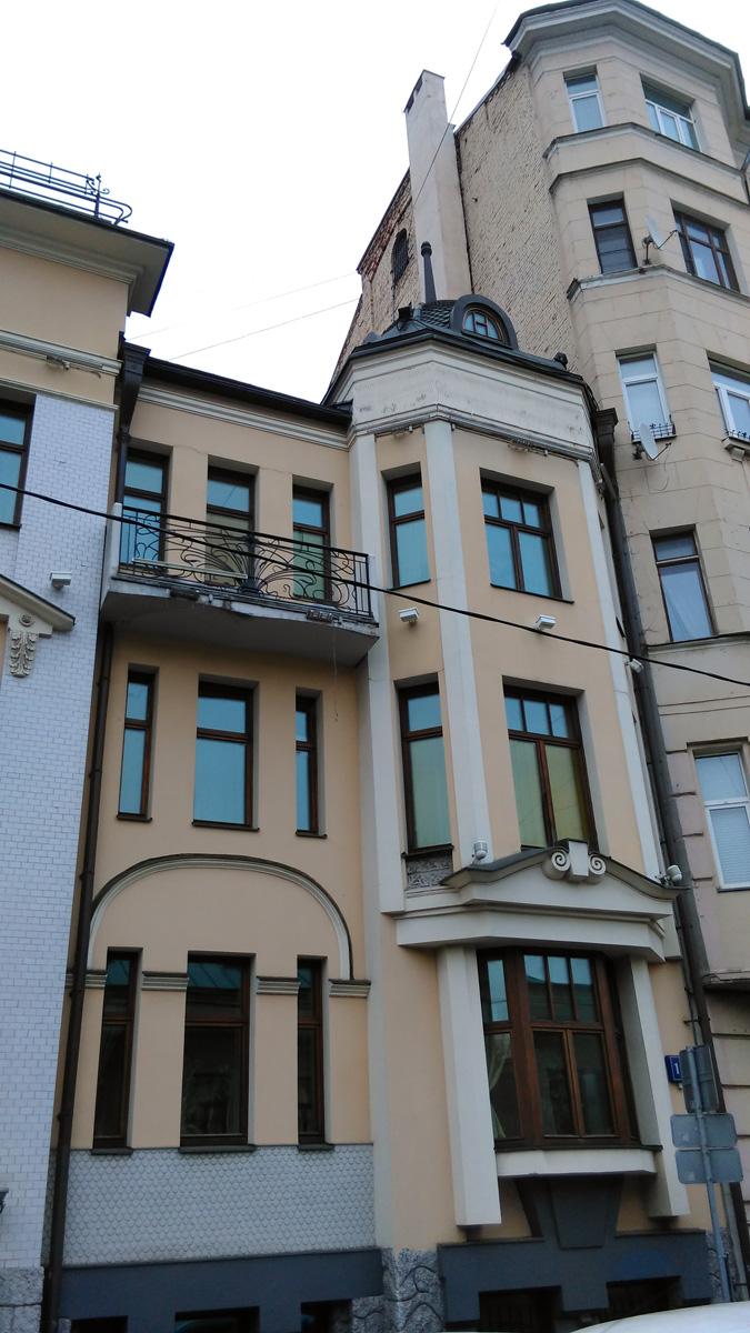 Фасад выполнен в псевдоготическом стиле с отдельными элементами (фонари, входные двери, решетки) в духе богемского модерна.