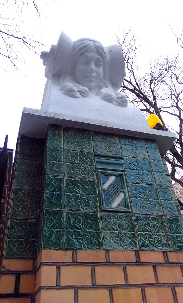Девичьи головы украшают столбы въездных ворот.