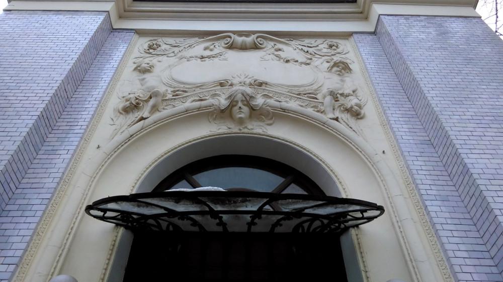А рядом еще одно здание построенное архитектором В. Ф. Валькотом в 1902 году. Особняк К. А. Гутхейля.