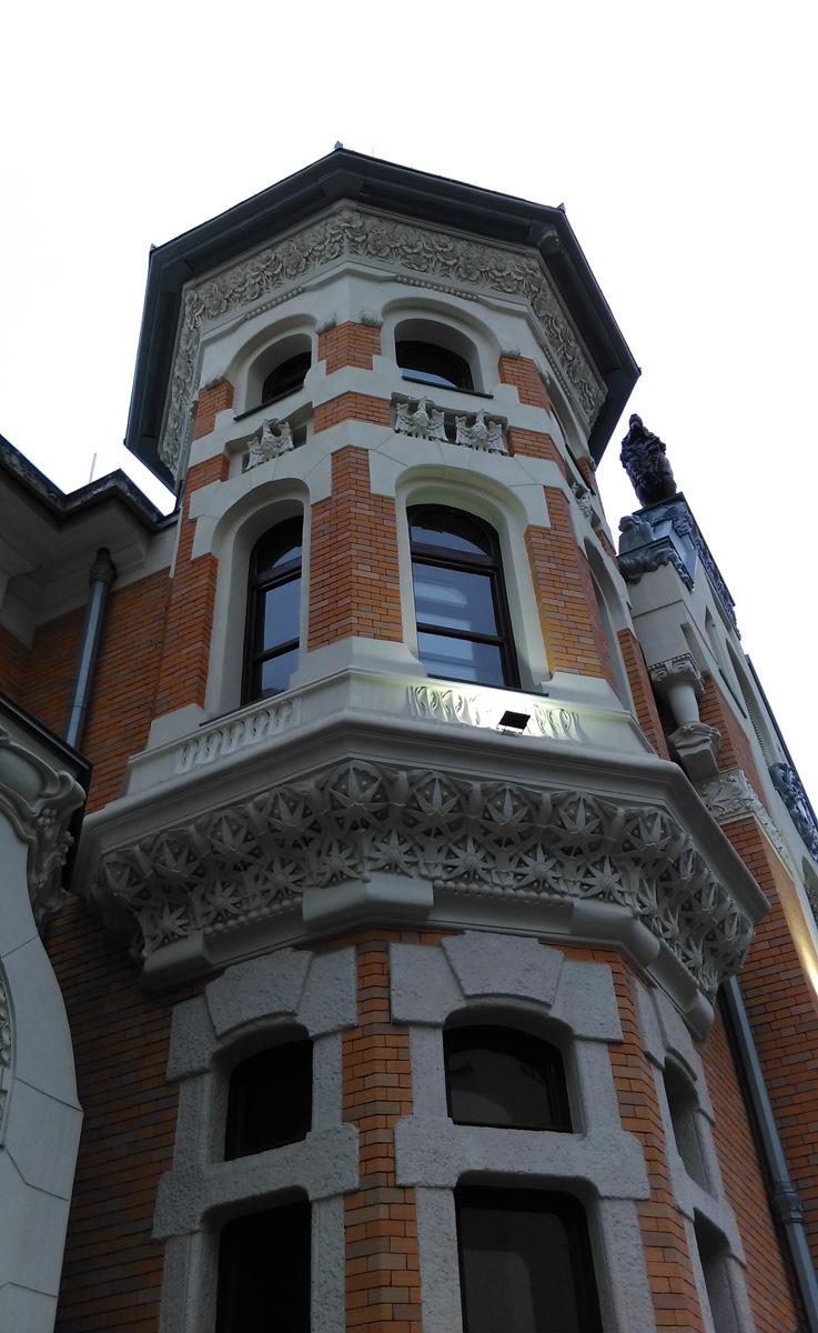 .... расположен еще один шедевр архитектора - Особняк А. И. Кекушевой, дом который Лев Николаевич построил для своей семьи в 1903 году.