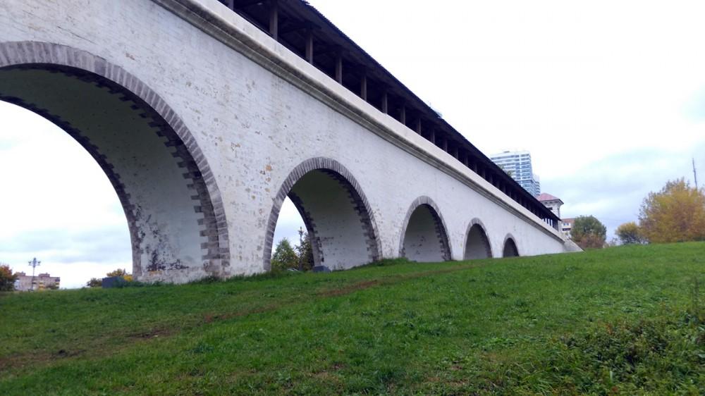 Белый мост и зеленая трава - очень красиво. Жаль, не повезло с погодой. Не хватает голубого неба.
