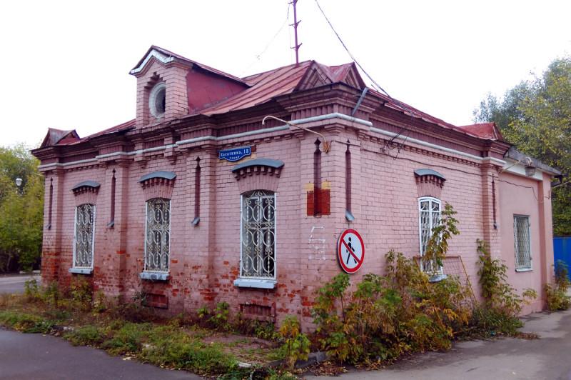 Историческое служебное здание, судя по архитектуре, построено в 1890-х годах. Расположено у южного входа на акведук.