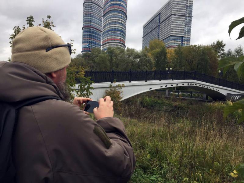 «Свадебный мостик». Пешеходный мост через р. Яузу. Построен в 2005 году. Снимаю голубей, которые  уютно устроились на мосту.
