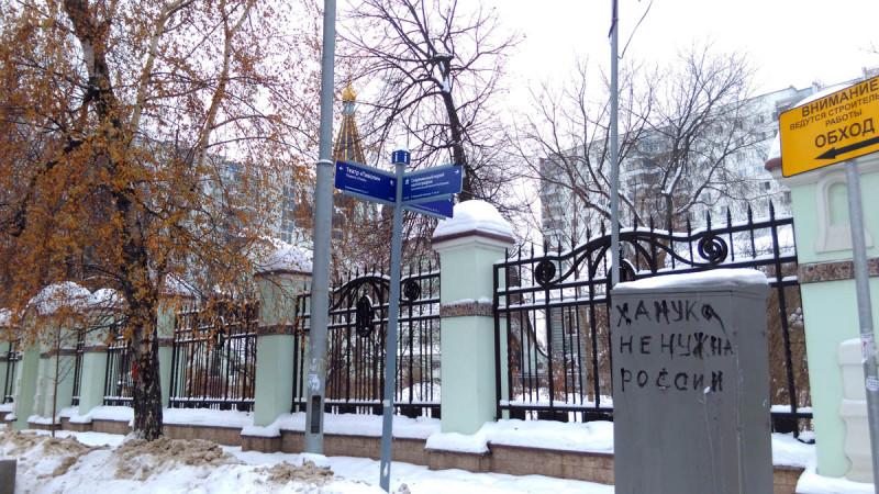 Подхожу к территории Храма. Ограда, кстати, настоящая, ровесница церкви. Уже, отсюда видно, что Храм православный.
