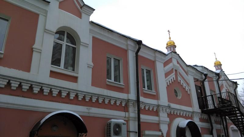 ... это бывший дом причта (1909 г., архитектор А. П. Толстых). Объект культурного наследия регионального значения. Магазин-склад «Сокольники» художественно-производственного предприятия «Софрино»