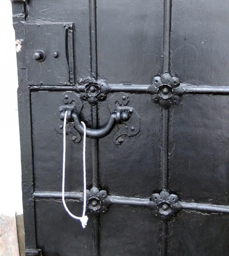 Мощные железные двери храма с цветочками