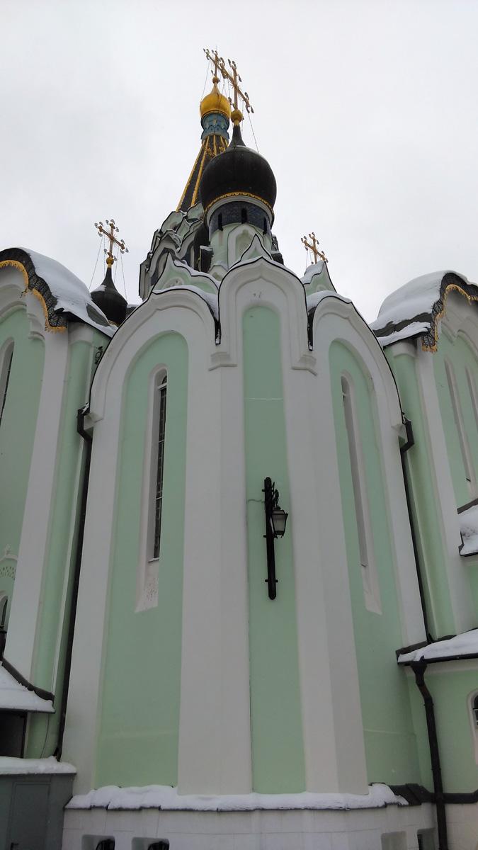 Изначально храм был кирпичный, но позднее его оштукатурили.