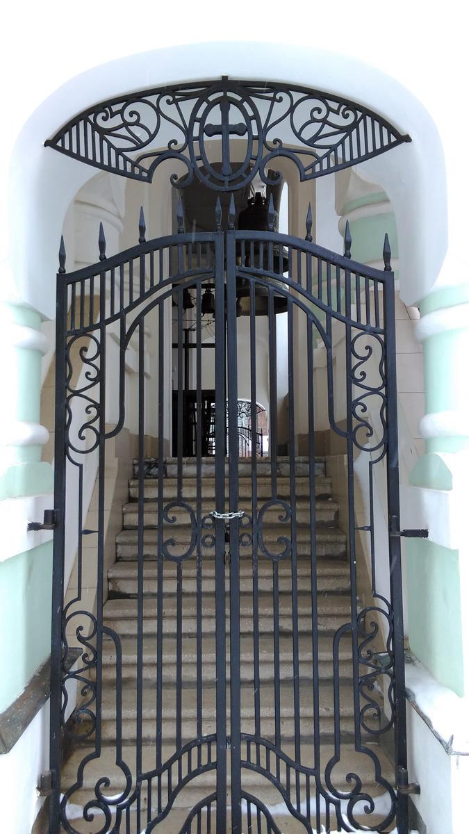 Красивые стильные ворота в звонницу.