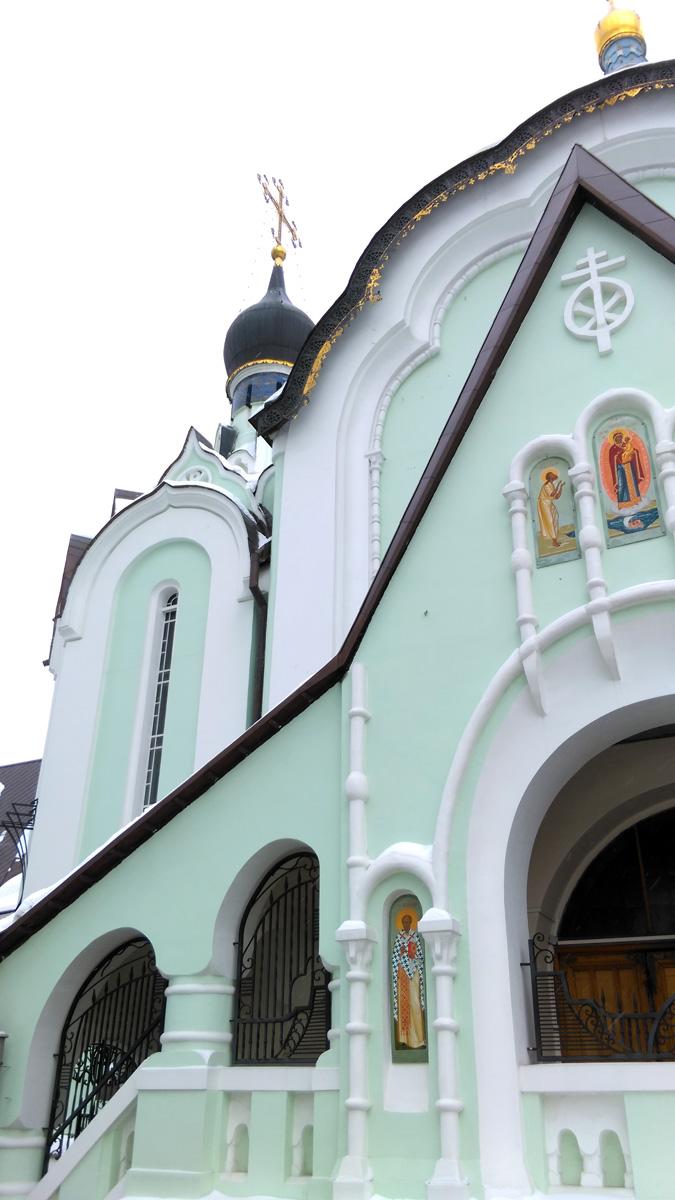 За счет декора и бледно зеленого оттенка краски, храм выглядит воздушным.