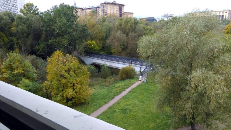 Мост расположенный рядом был сооружен в 2006 году при облагораживании территории Ростокинского акведука. До этого существовал металлический однопролётный мост, который был построен в 1983 году вместо располагавшегося чуть правее акведука деревянного моста, который вёл к фабрике.