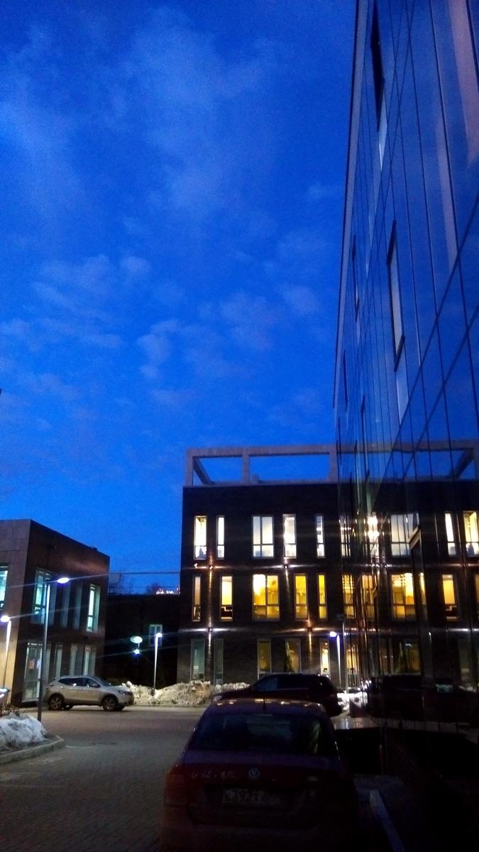 Момент, когда вышел в обычное время с работы и вместо темноты увидел синее небо с белыми облаками!