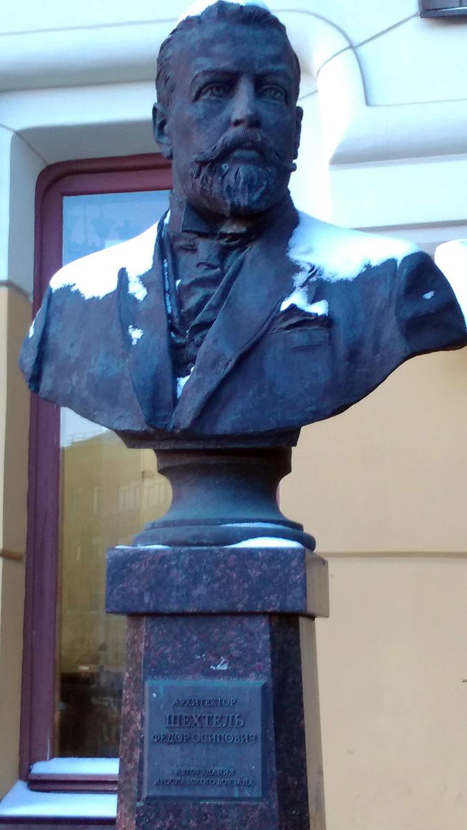 А Гений Модерна это, конечно, Федор Осипович Шехтель. На фото памятник этому гениальному архитектору около Ярославского вокзала.