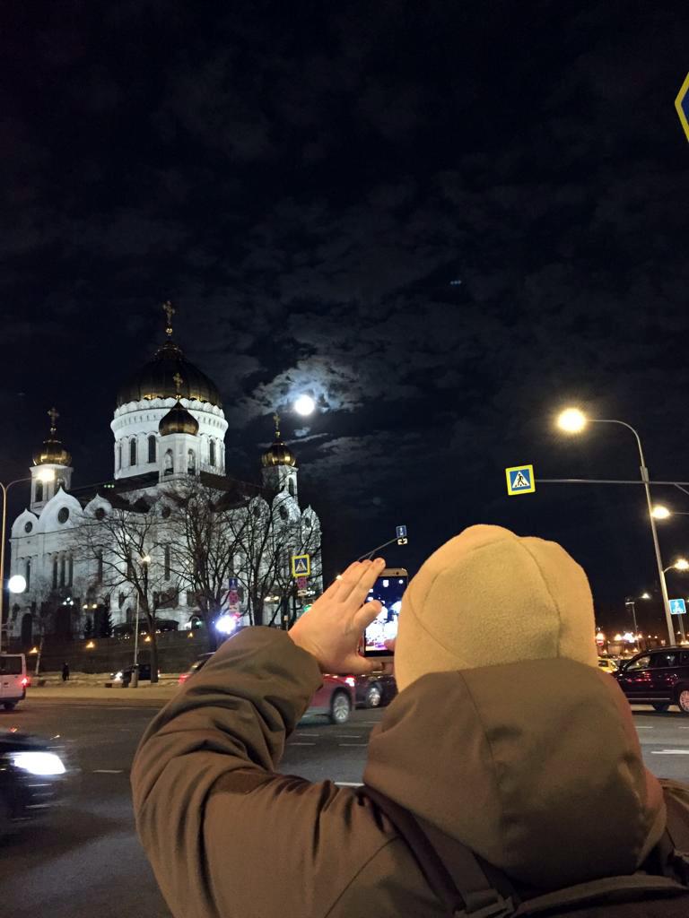 Огромная луна над огромным храмом.