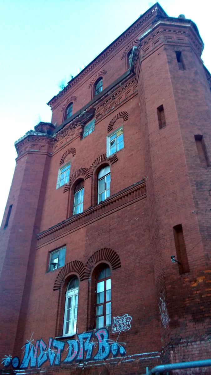 Я недалеко от вокзала расположена водонапорная башня.  Архитектура башни необычна – сверху она имеет лишний ярус с арочными окнами. Это позволяет предположить, что изначально водокачка была совмещена с постом централизации (аналогом современной диспетчерской), для этого времени такое исключительно редко.