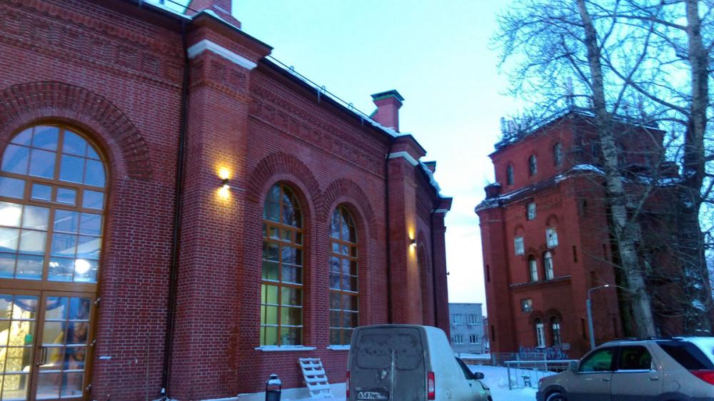 Рядом расположено Депо «на 20 стойл» для стоянки и ремонта паровозов. Строилось оно по типовому проекту 1849 г., разработанному профессором Императорской Академии художества, архитектором Рудольфом Желязевичем.