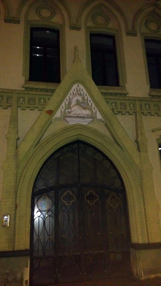 Доходный дом Московского акционерного общества. Построен в 1897 году в неоготическом стиле. Архитектор Пётр Щекотов. В ходе современной реставрации на фасаде помещен барельеф, изображающий единорога. Няшный )))