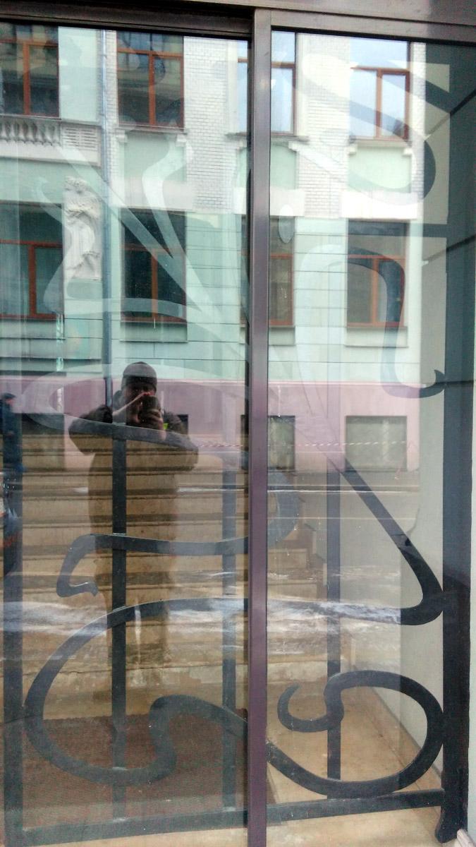 Автор пытается сфотографировать красивую решетку в стиле модерн.