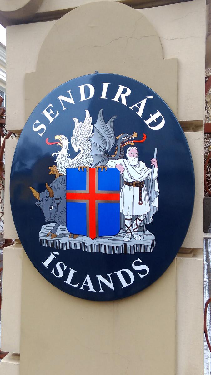 Мультяшного вида табличка на ограде посольства Исландии.