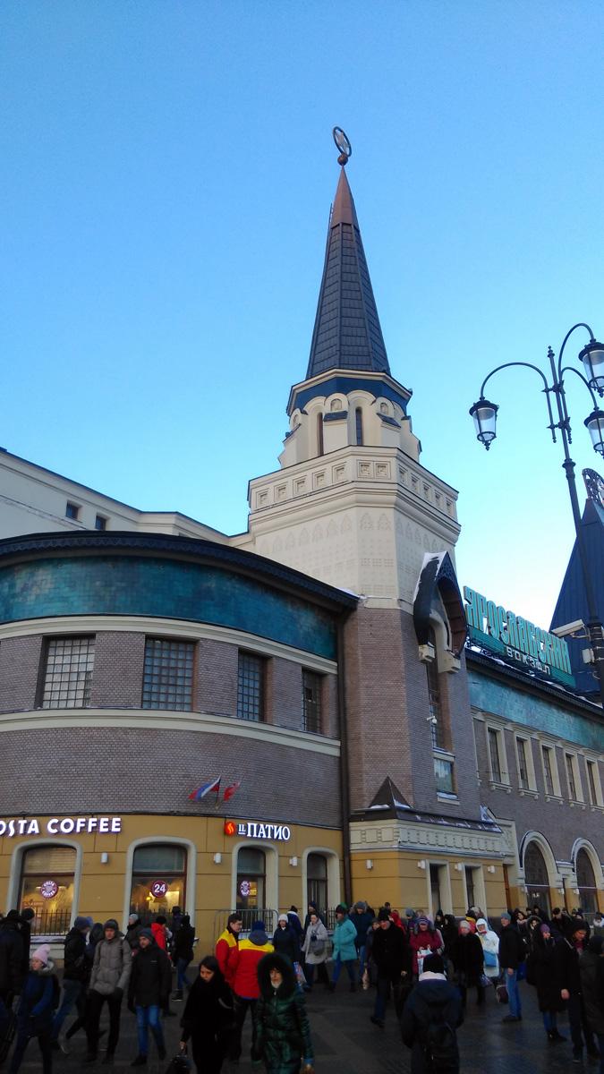 Первое здание вокзала было построено по проекту архитектора Романа Кузьмина в 1862 году для обслуживания железной дороги Москва — Сергиево. Нынешнее здание вокзала построено по проекту Ф.О. Шехтеля.  Выразительность и продуманная функциональность его проекта впечатляла: не случайно проект этот был довольно быстро одобрен во всех инстанциях, в том числе и Николаем II.