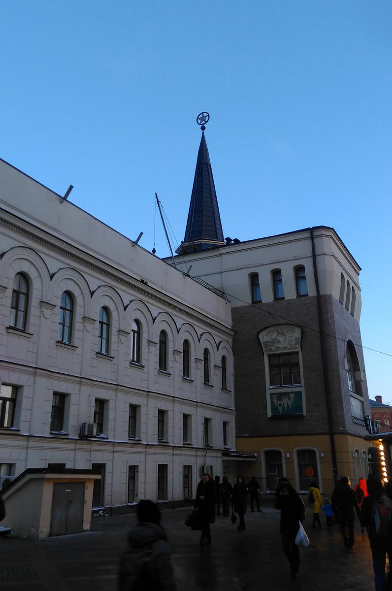 При возведении нового здания Шехтель частично использовал старое строение, фасады сохранили отдельные элементы творения Кузьмина. Так, в левой части главного фасада виден монотонный ряд небольших окон, а левый боковой фасад почти не перестраивался.