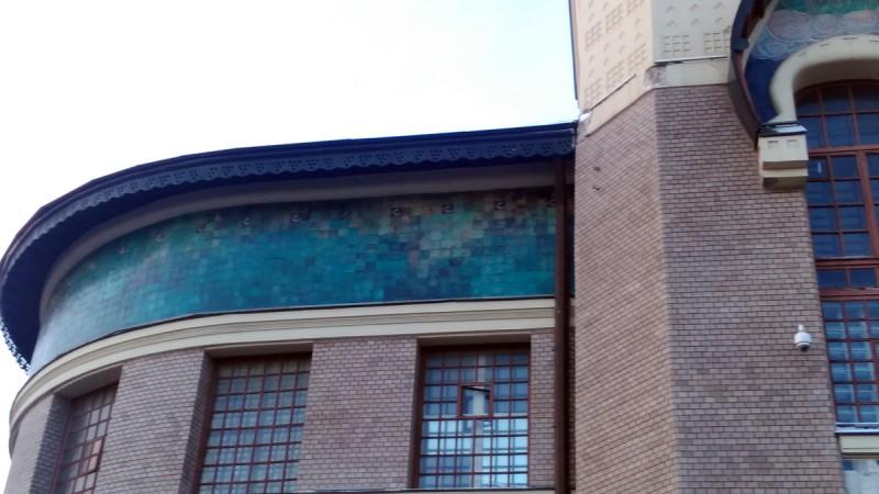Вокзал опоясывает широкий керамический фриз с растительным узором бирюзового цвета. Он был выполнен по эскизам Шехтеля в Абрамцевской мастерской Саввы Мамонтова