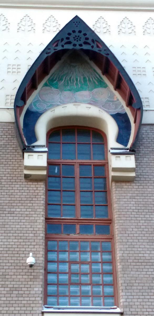 Окно красиво оформлено козырьком с орнаментом.