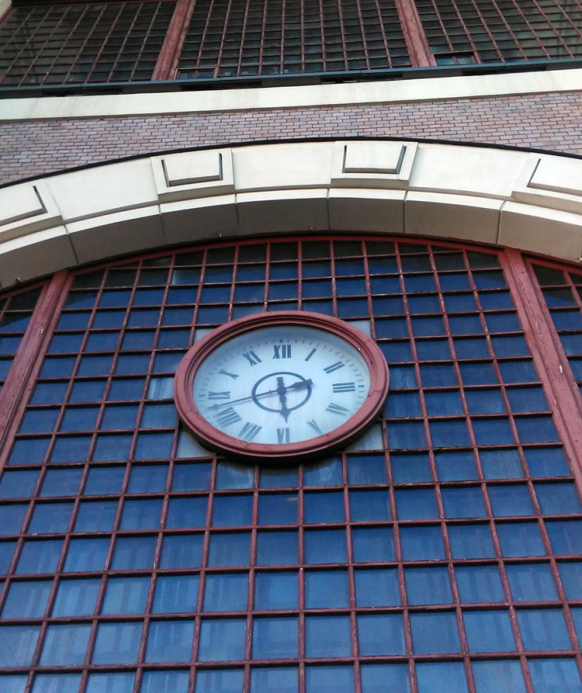 Часы над дверьми снаружи...