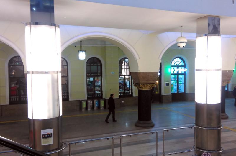 Согласно некоторым данным, в 1910 году под руководством Льва Кекушева возвели перрон вокзала, однако отдельные исследователи полагают, что он был создан ещё в конце XIX века. По задумке архитектора над правой посадочной зоной нависали верхние этажи строения, поддерживаемые рядом толстых колонн.