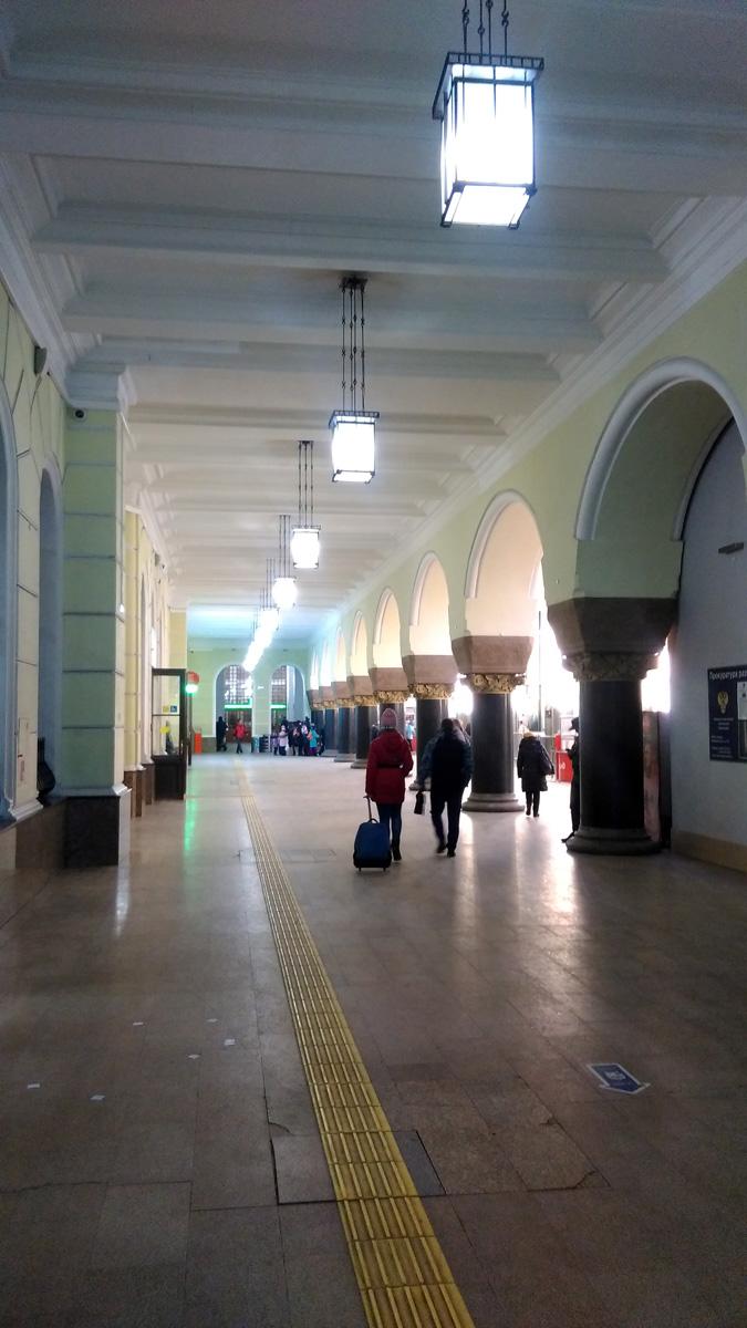 В 30-е годы железнодорожные пути отодвинули, увеличив внутреннюю часть строения. За счёт этого колонны над северо-восточным перроном, возведённые по проекту Кекушева, оказались в центре зала ожидания.