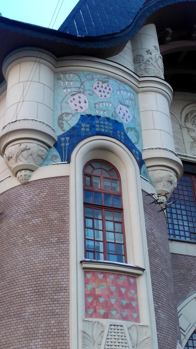 Но главное, фасад сохранен. Знаменитые ягоды земляники...