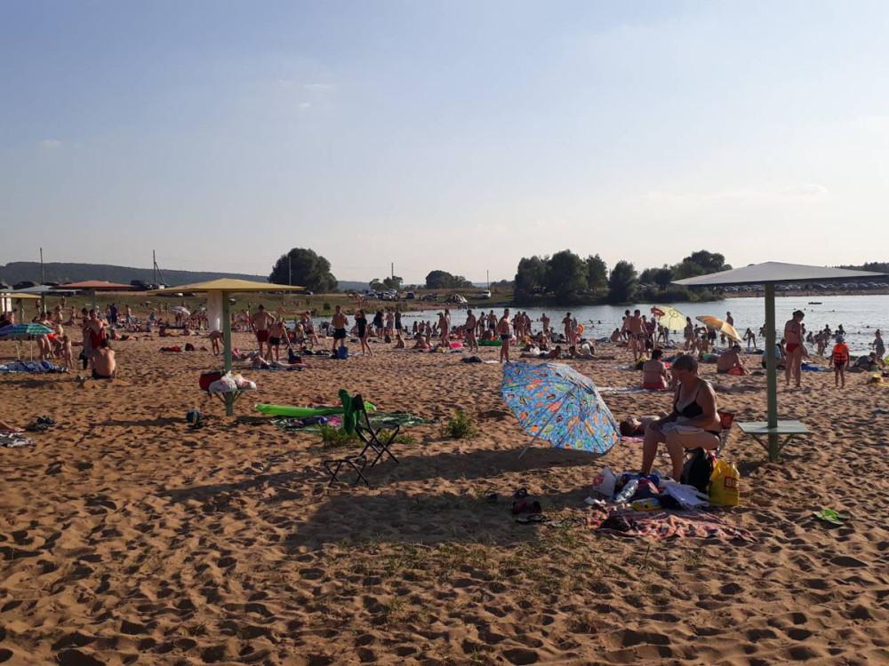 В выходные отдыхающих гораздо больше и создается впечатление, что ты на морском пляже