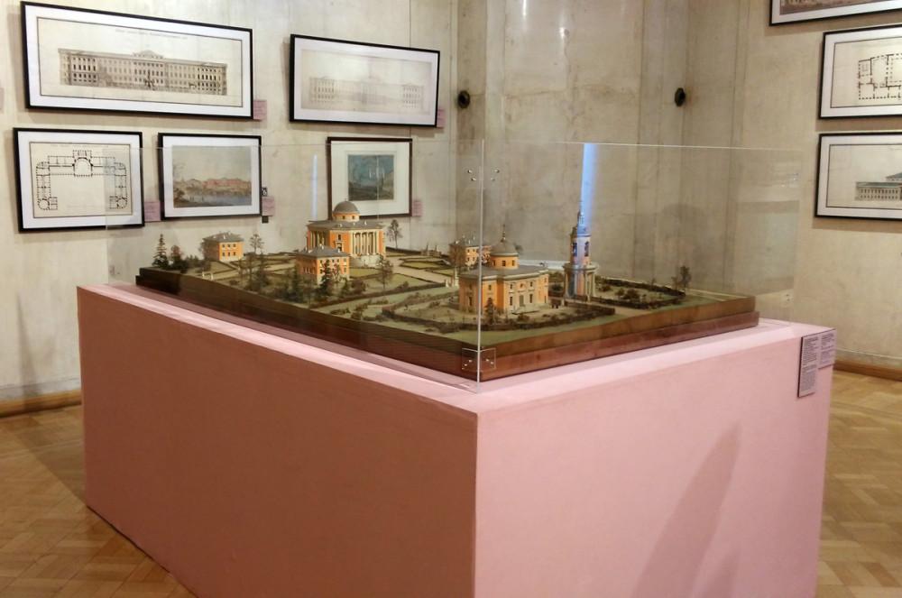 9 марта 2019, то есть, вчера посетил Государственный музей архитектуры имени А.В. Щусева и в частности выставку «Матвей Казаков и допожарная Москва». Где и увидел этот замечательный макет Усадьбы в Алабино.