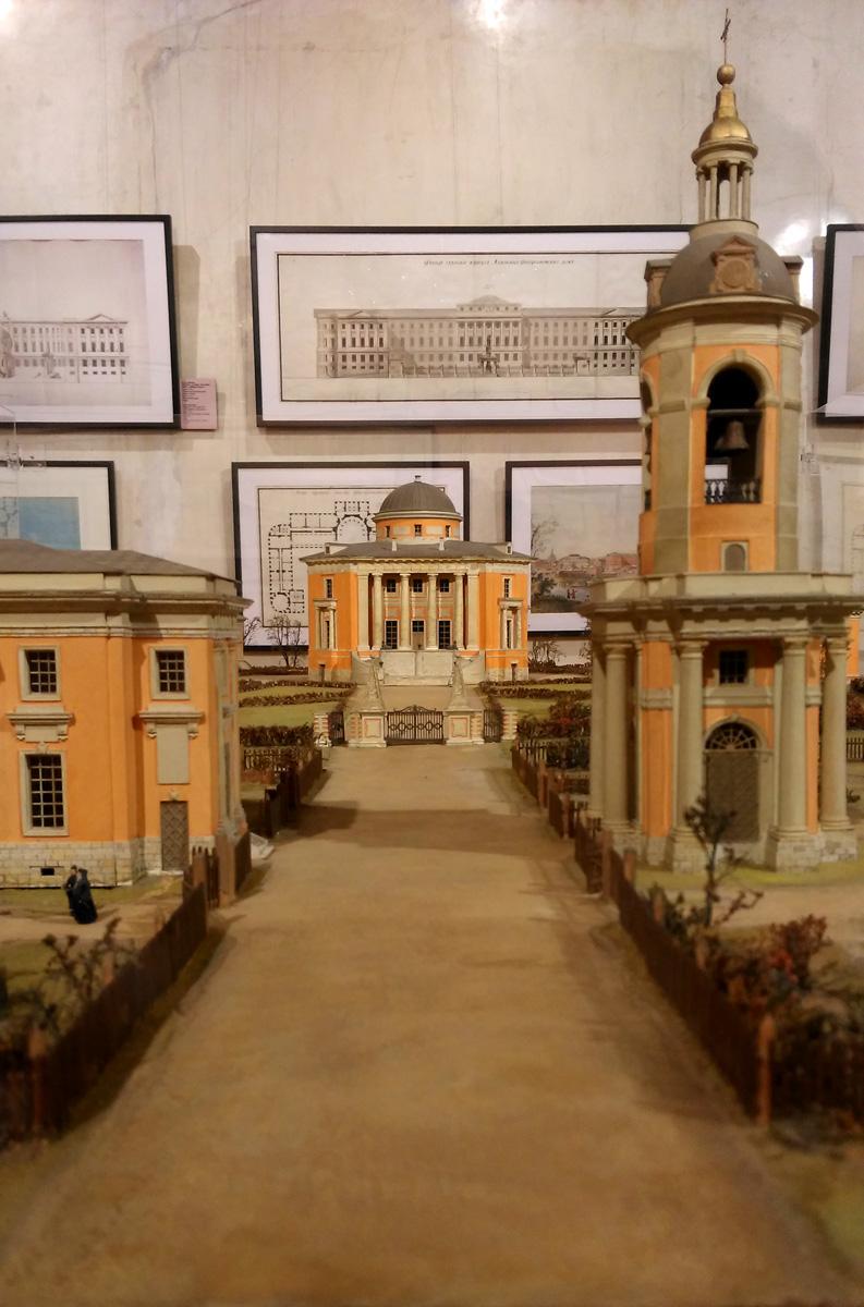 Около Храма видны фигурки служителей религиозного культа. В жизни это выглядит так же, ограда и фигурки. А вот, сам Храм в руинированном виде.