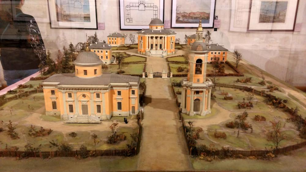 Перед храмом расположены хозяйственные постройки - службы. Конюшня и прочее. На макете они не показаны.