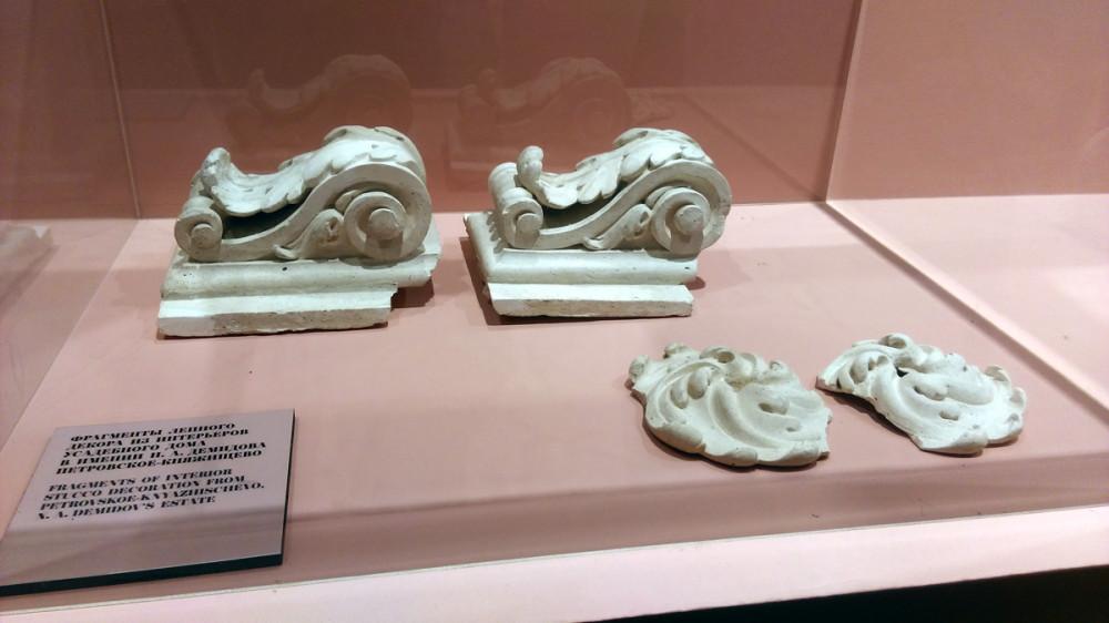 Фрагменты декора лепнины главного дома усадьбы.