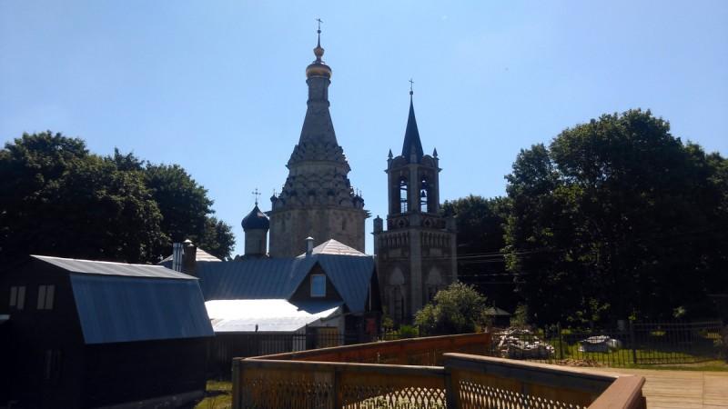 А вот, вид с площадки на Храм испорчен современными вспомогательными постройками.