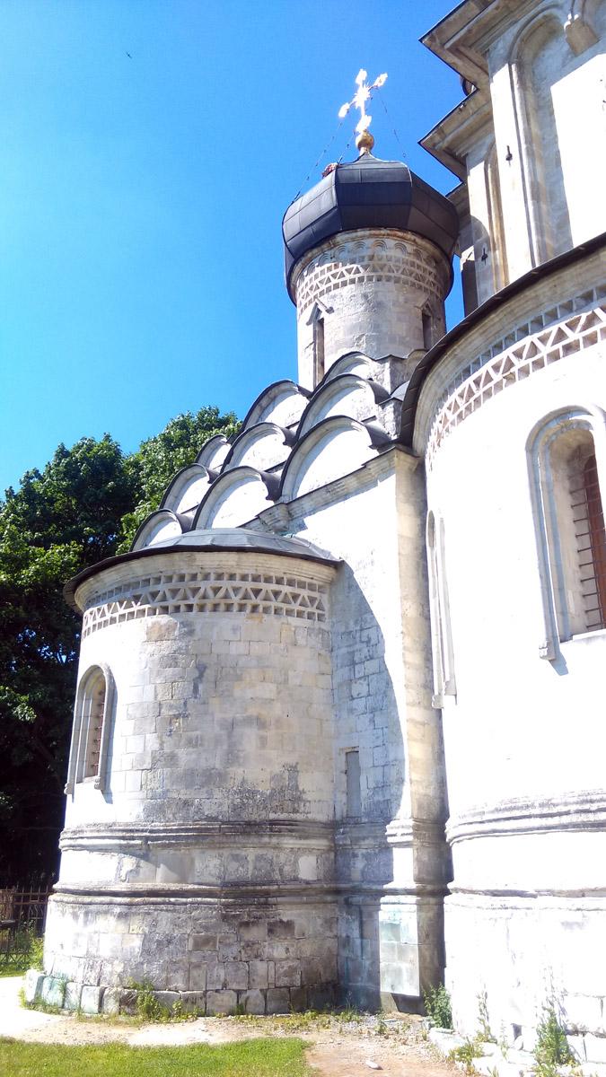 Приделы украшают и усложняют композицию нижнего яруса храма. И в целом работают на общую концепцию силуэта здания.  Такие храмы называют Огненными, за внешнее убранство с кокошниками, похожими на языки пламени.
