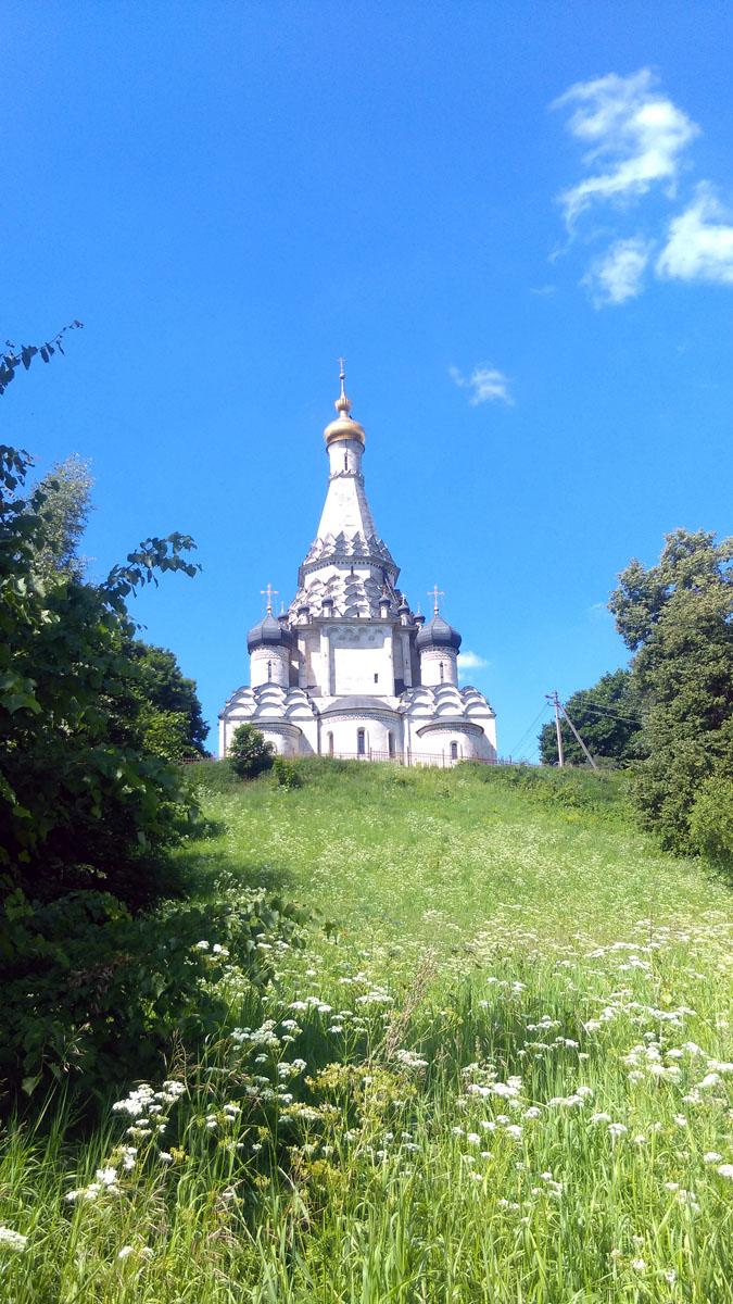 Высота Храма 40метров. Из них примерно четверть приходится на шатер. Но из-за сужающихся к верху нескольких рядов кокошников, создается впечатление, что почти весь храм состоит из шатра.