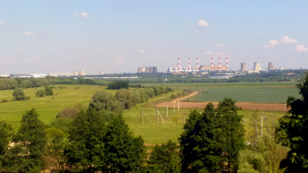 Вид на реку Москву и расположенные за ней города Дзержинский и Лыткарино со смотровой площадки рядом с Храмом.