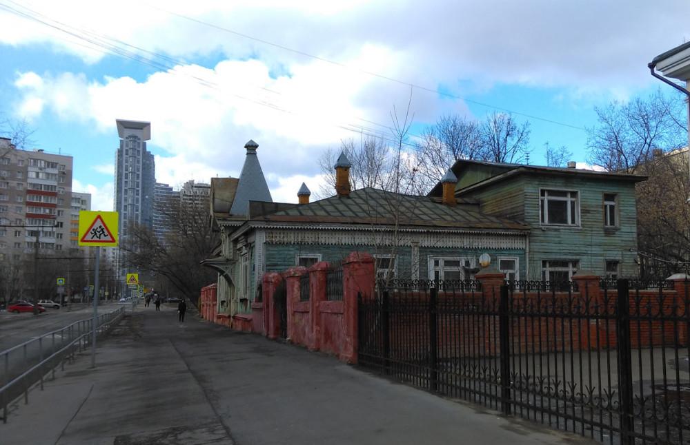 Очень необычный для современной Москвы дом. Что же про него известно? Дом построен в 1903 году.