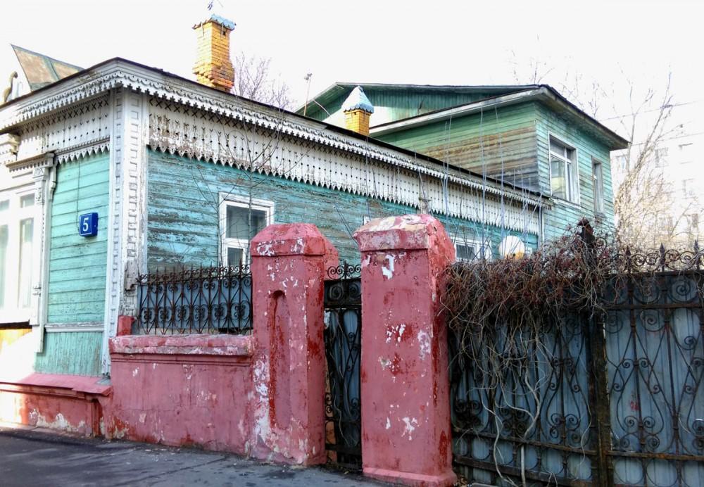 Изначально в комплекс построек входили: второй трехэтажный флигель (уничтожен в 1976 году в связи с реконструкцией соседних домов), каретный сарай и сад. До 1917 года второй флигель частично сдавался в наем, потом дом передан в пользу государства. Данный памятник архитектуры и прекрасный образец деревянного зодчества Москвы, частично пострадал в процессе капитального ремонта в 1960 годах. В настоящее время перестроен. Флигель за домом не деревянный. Он кирпичный, но обит досками.