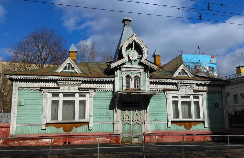 Не смотря, на запущенное состояние, дом очень красив, особенно на фоне синего неба.