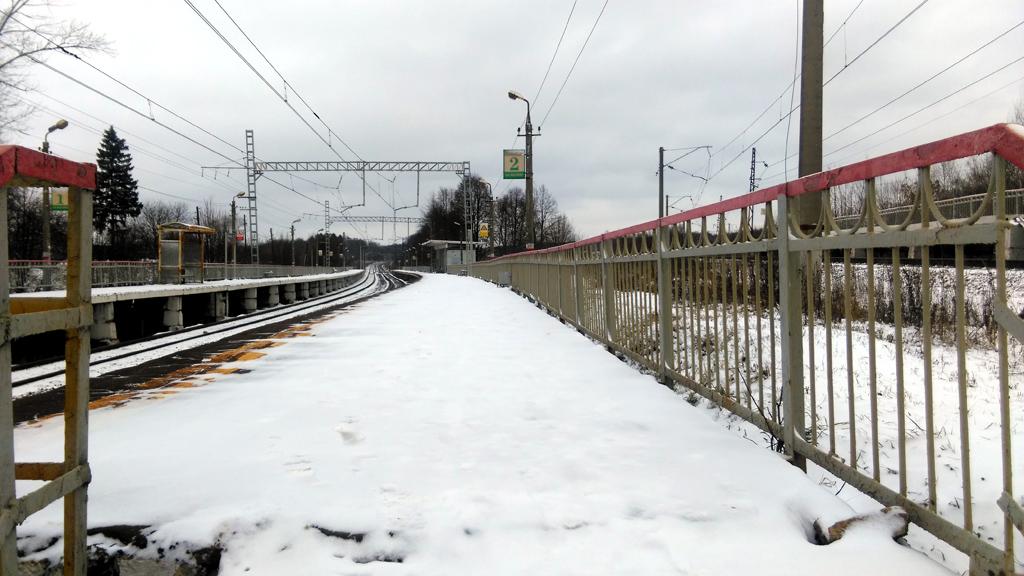 Изогнутые платформы Привалово. Справа еще одна платформа-коротыш на три вагона.