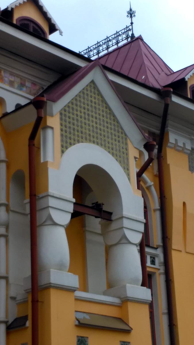 В центре строения был шатровый выступ с фигурными колоннами, где висели колокола.
