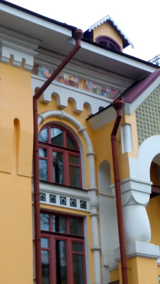Дом так же украшали изразцы работы Поленова, Врубеля и Якунчиковой.