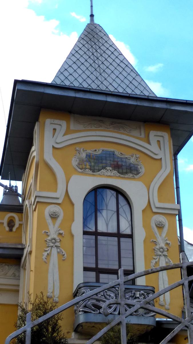 Стены башни украшены лепниной в виде лент и бантов.